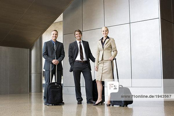 Businesspeople hält Koffer