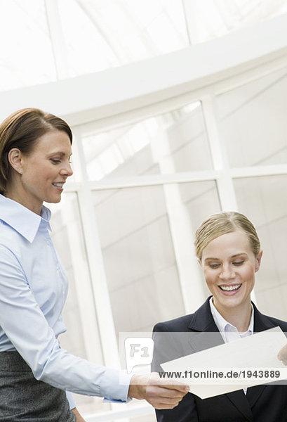 Geschäftsfrau betrachten schreibarbeit