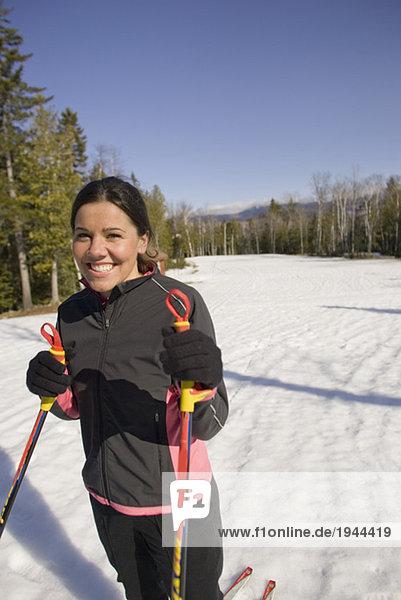 Frau auf Skiern lächelnd