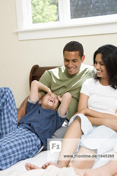 Familie entspannenden auf Bett