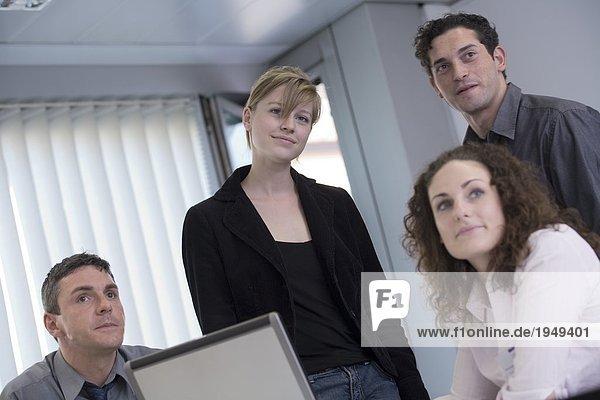 Unternehmerinnen und Unternehmer lächelnd in meeting