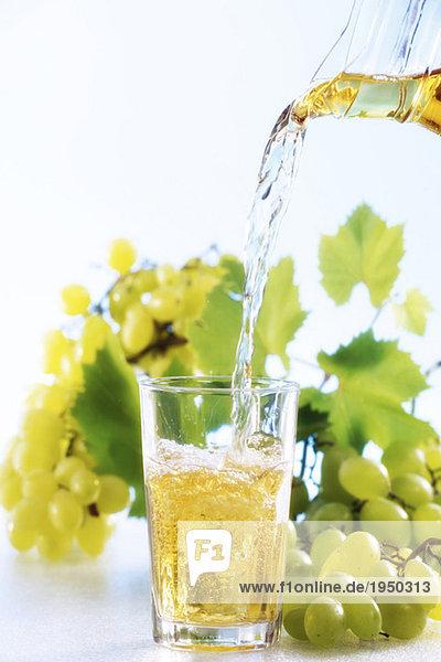 Traubensaft in Glas gegossen