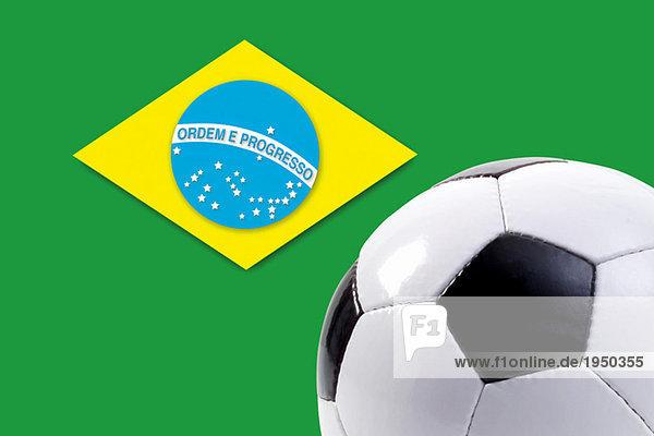 Fußball gegen die brasilianische Flagge