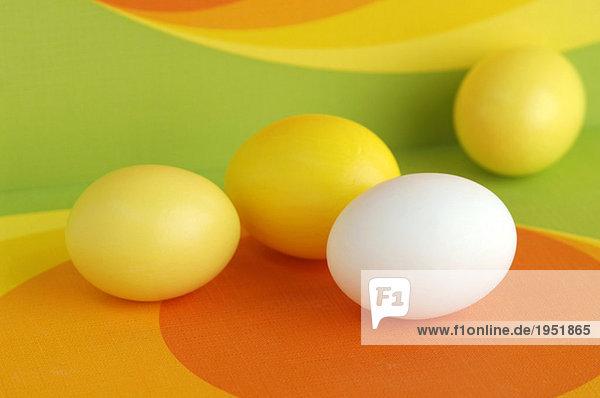 Gelbe und weiße Ostereier  Nahaufnahme