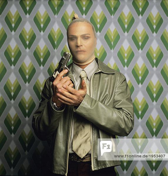Verkleideter Mann mit Waffe  bewaffneter Räuber  Porträt