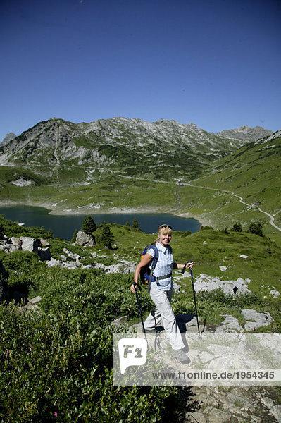 Frau beim Wandern in den österreichischen Alpen