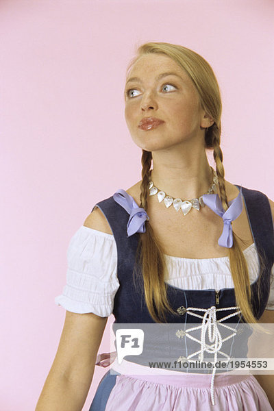 Junge Frau in Tracht  Portrait