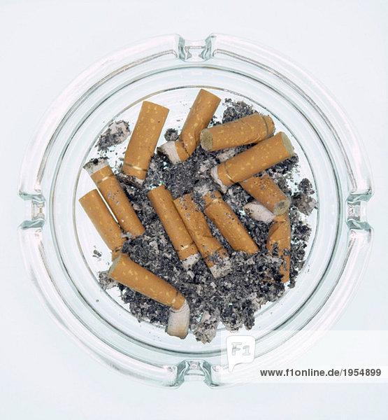 Aschenbecher mit verbrannten Zigaretten
