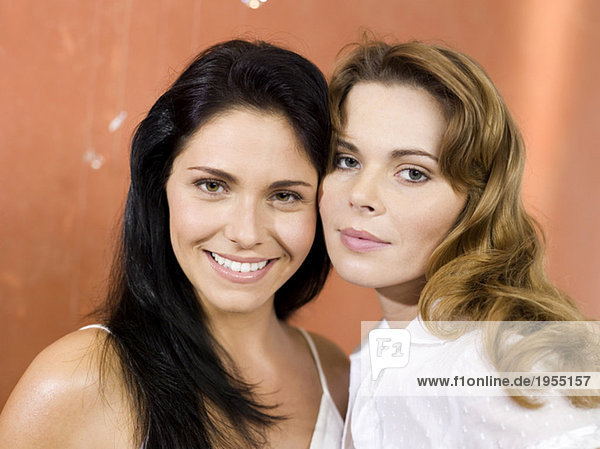 Zwei junge Frauen lächeln  Porträt