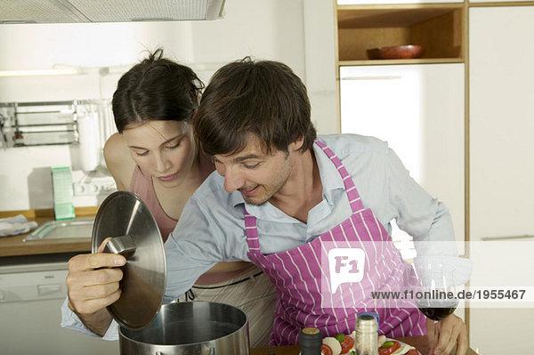 Junges Paar kocht Spaghetti