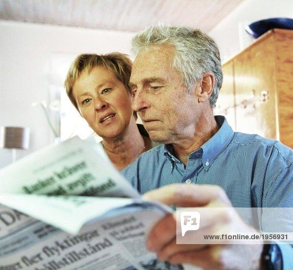 Älteres Paar liest Zeitung