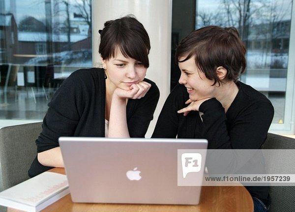 Zwei Schüler per Computer