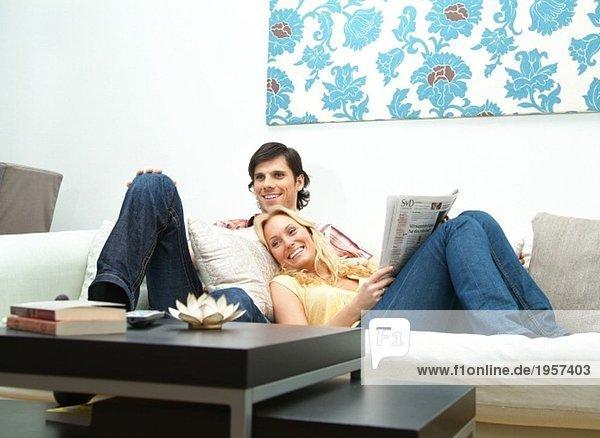 Junges Paar liegt entspannt in der Couch