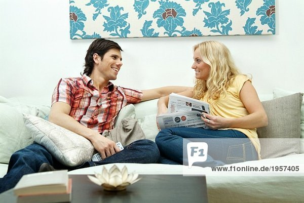 Paar in der Couch sitzend