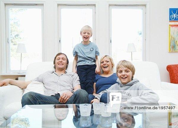 Familie mit Spaß auf der Couch