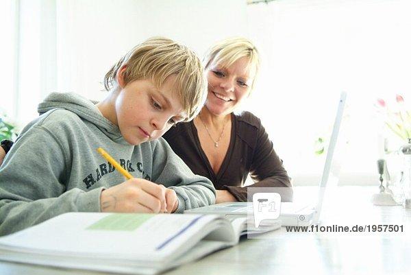 Ein Typ  der mit seiner Mutter lernt.