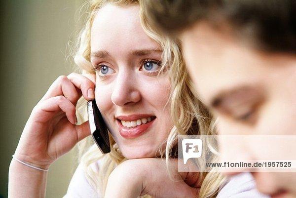 Mädchen spricht auf ihrem Handy