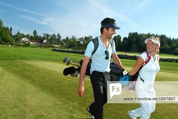 Frau und Mann auf dem Golfplatz
