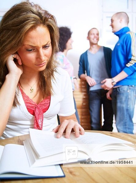 Mädchen konzentriert sich auf das Studium