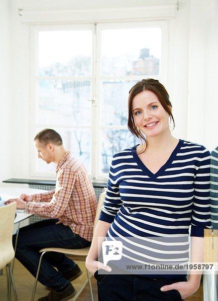 Junge Frau zusammen mit einer Kollegin in einem Büro
