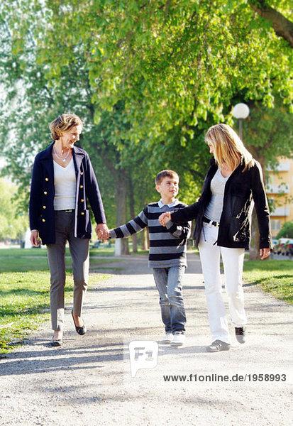 dotter och barnbarn tar promenad