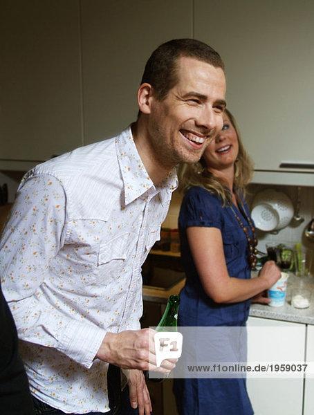 Junge lacht in der Küche