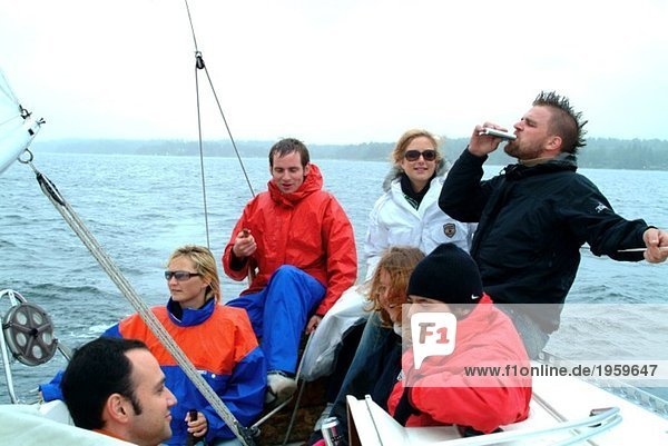 Gruppe von Freunden auf einem Boot