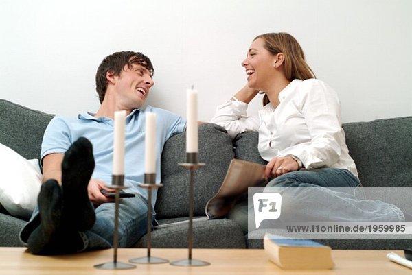 Junges Paar im Sofa