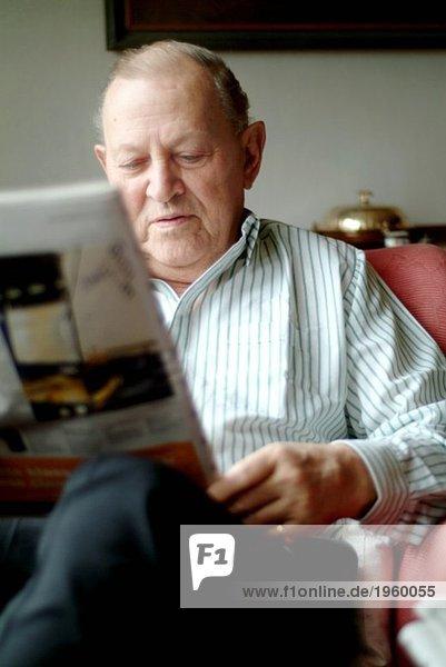 Älterer Mann beim Zeitungslesen