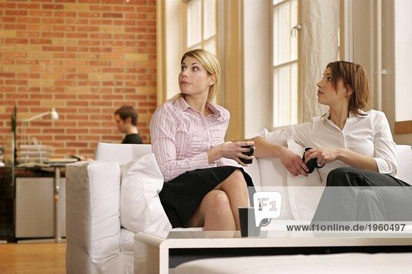 Zwei junge Frauen in der Couch