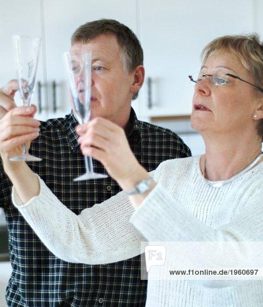 Paar schaut auf Champagnerglas