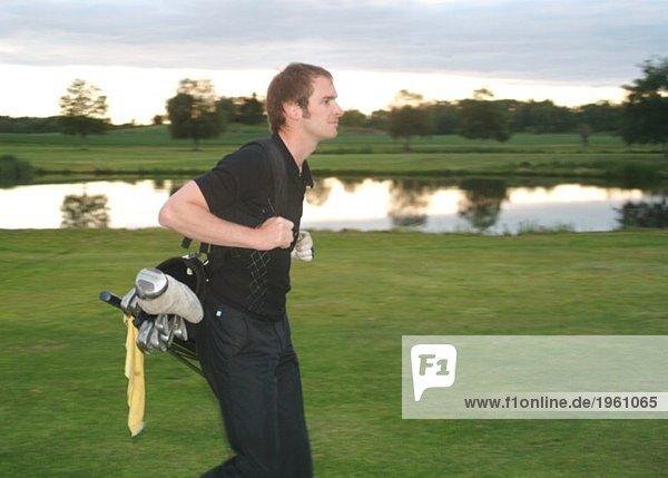 Golfspieler mit Golftasche