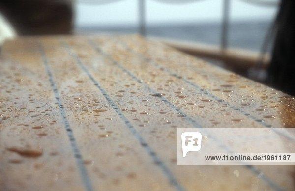 Wassertropfen an Deck