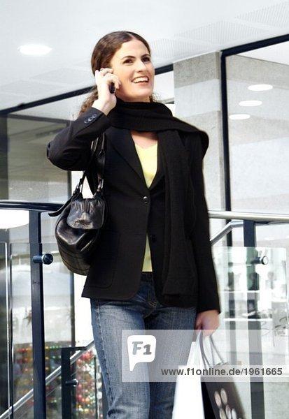 Junge Frau beim Einkaufen und Reden