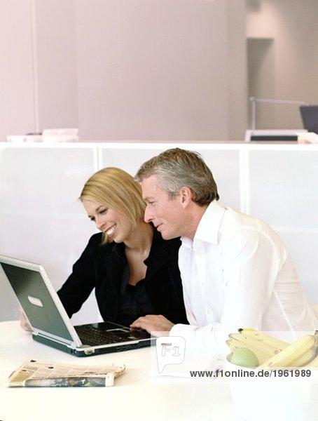 Mitarbeiter beim Betrachten des Computers