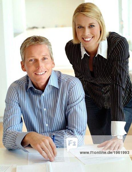 Lächelnde Geschäftsleute