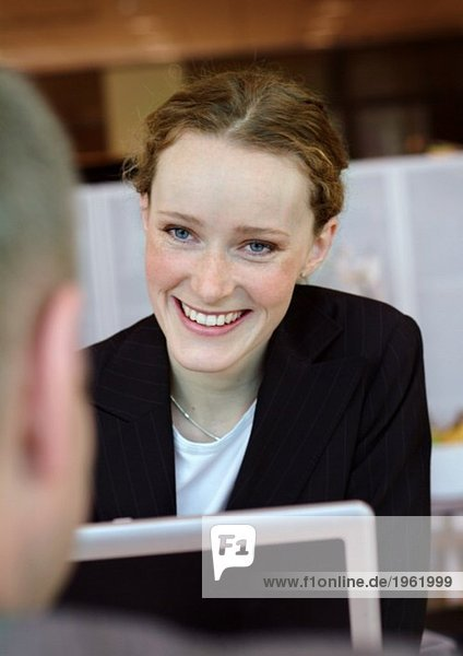Junge Geschäftsfrau mit Computer