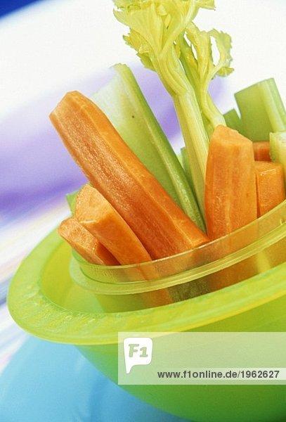 Rohkost: Karotten- und Selleriesticks in grüner Schale