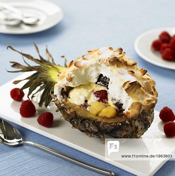 Überbackenes Vanilleeis mit Früchten in der Ananas