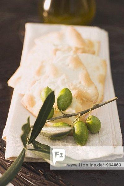Grüne Oliven am Zweig  Cracker