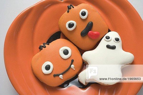 Verschiedene Plätzchen für Halloween auf Teller