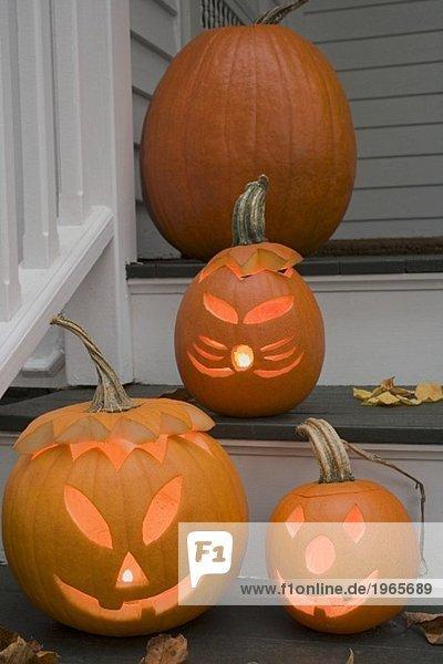 Herbstliche Kürbisdeko zu Halloween auf Treppe