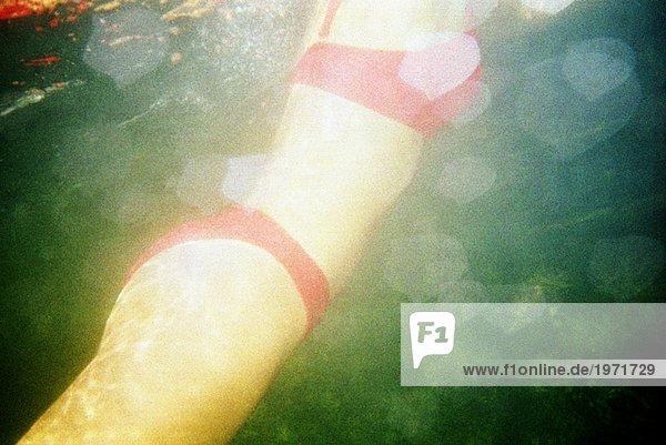 Eine Frau in einem See schwimmen