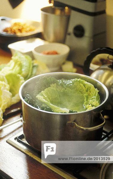 Kohl im Topf kochen