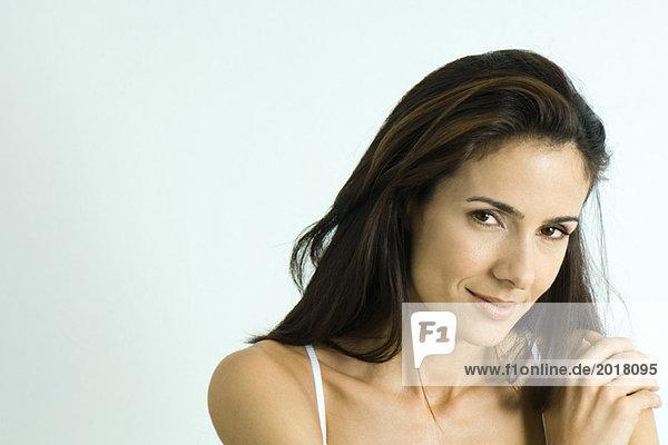 Frau schaut auf Kamera  Hand auf Schulter  Porträt