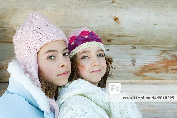Zwei junge Freunde lächeln vor der Kamera  Porträt
