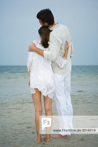 Mann und Teenagermädchen am Strand  zusammen stehend  Blick auf die Aussicht  volle Länge  Rückansicht