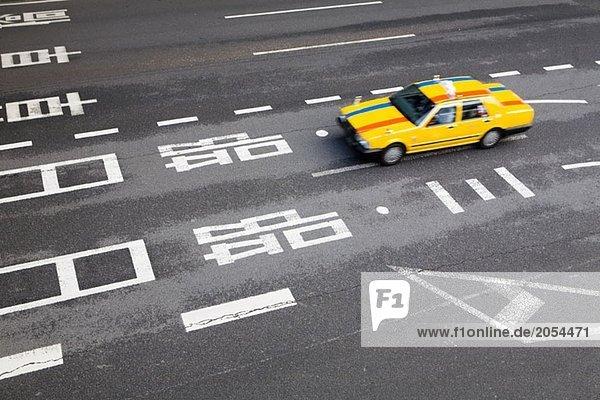 Ein gelbes Taxi auf einer Autobahn