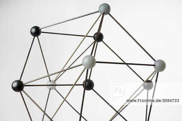 Ein Ball-und-Stick-Modell auf weißem Hintergrund