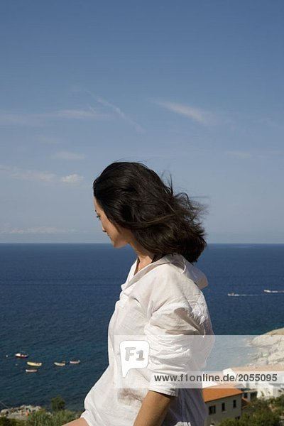 Eine Frau  die auf das Meer schaut.